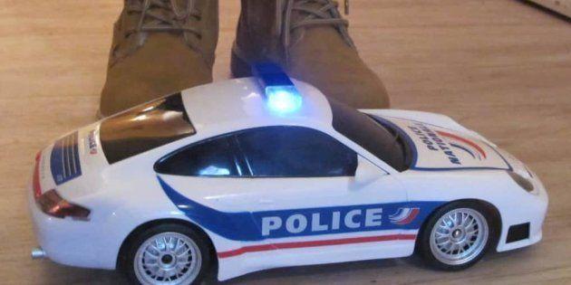 Ilan s'est vu offrir un voiture télécommandée pour Noël, en guise de remerciements. Une voiture de police...