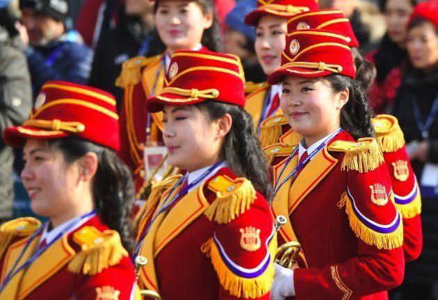 Jeux olympiques d'hiver 2018: le contraste entre ces photos de Nord-coréens illustre bien l'ambiance...
