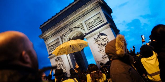 Des gilets jaunes manifestent devant l'Arc de Triomphe le 22