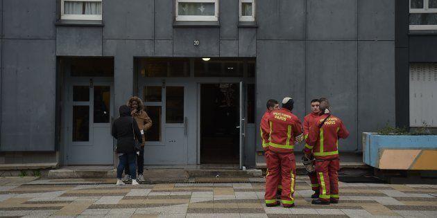 Des pompiers à la cité Paul-Éluard à Bobigny, vendredi 28