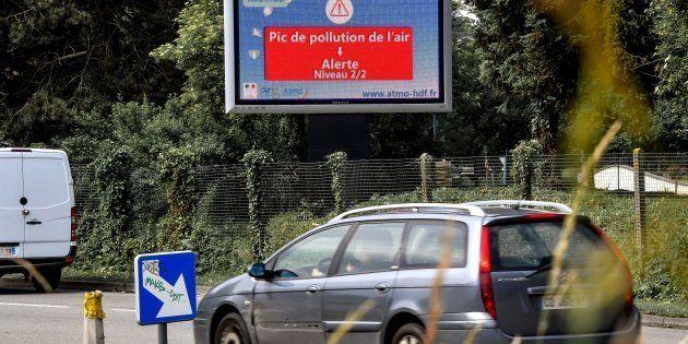 Un panneau d'alerte sur un pic de pollution de l'air à Lille le 30 mai.