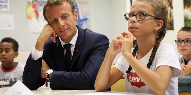 Le Président Emmanuel Macron lors d'une visite dans une école de Laval, au moment de la rentrée scolaire,...