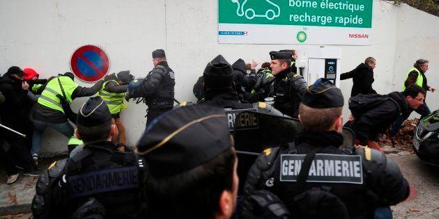 Des gilets jaunes face aux gendarmes près du siège de BFM à Balard, samedi 29
