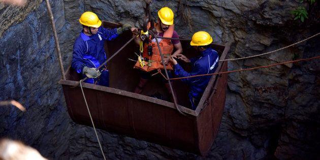 En Inde, des plongeurs tentent de retrouver 15 mineurs piégés dans une mine