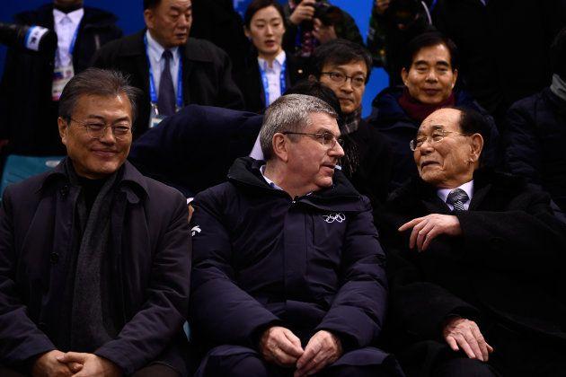 Le dignitaire Kim Yong Nam, le président du CIO Thomas Bach et le président sud-coréen Moon