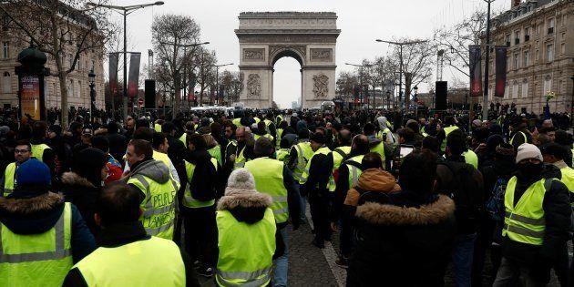 Des gilets jaunes sur les Champs-Élysées à Paris le 29 décembre