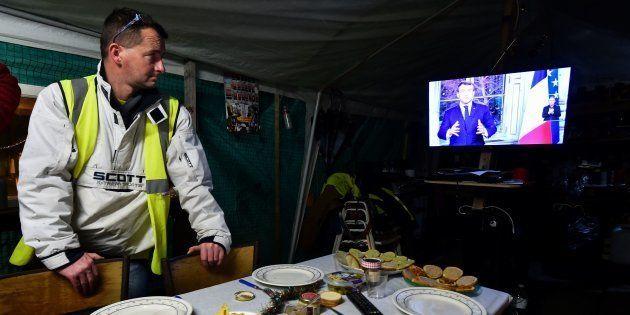 Un gilet jaune fêtant le nouvel an devant l'allocution du président au