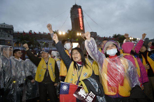 Des Taïwanais manifestent à Taipei le 1er janvier 2019, vêtus de gilets