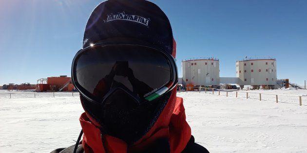 Au-dessus de mon épaule, la base Concordia. Le froid est tel qu'il ne faut laisser aucun centimètre carré...