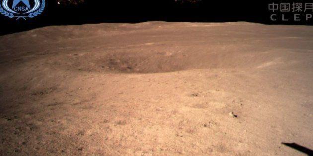 Un cliché de la face cachée de la Lune envoyé au satellite Queqiao et diffusé par la Chine le 3 janvier