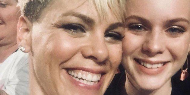P!nk et Leah Murphy, lors du concert à
