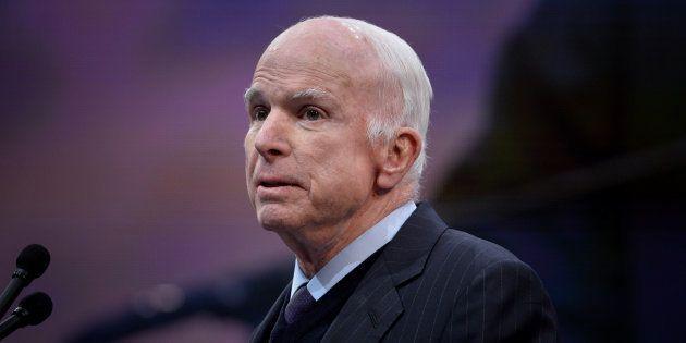John McCain après avoir reçu la médaille de la Liberté de l'ancien vice-président Joe Biden en octobre