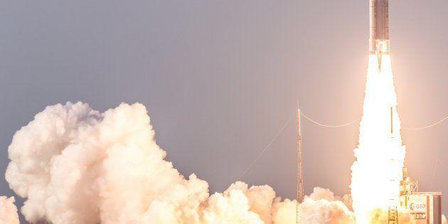 La fusée Ariane 5 s'élance de Kourou en Guyane, le 30 septembre 2015, avec à son bord deux satellites,...