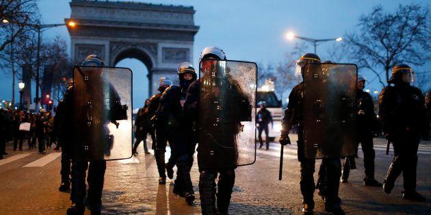 Des forces de l'ordre sur les Champs-Élysees lors de la manifestation des gilets jaunes le samedi 29