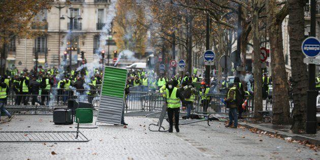 Des affrontements entre gilets jaunes et policiers à Paris le 1er décembre