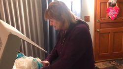 L'émotion de cette femme qui a attendu 33 ans pour récupérer sa robe de