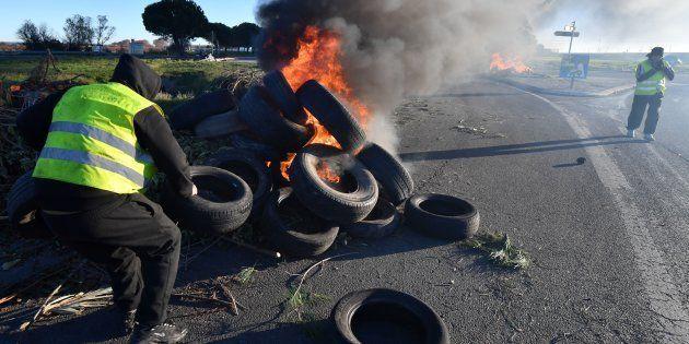 Un gilet jaune fait brûler des pneus près de Montpellier, le 11