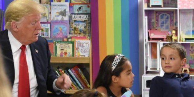 Entouré d'enfants, Donald Trump ne sait pas colorier le drapeau