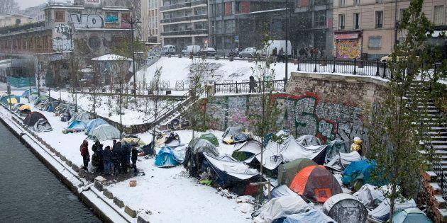 Des réfugiés afghans le long du Canal Saint-Martin à Paris, le 9 février