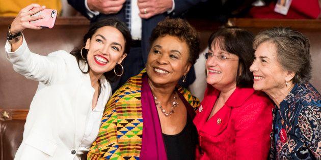 Alexandria Ocasio-Cortez, Barbara Lee, Annie Kuster et Jan Schakowsky ont fait leur entrée au Congrès...