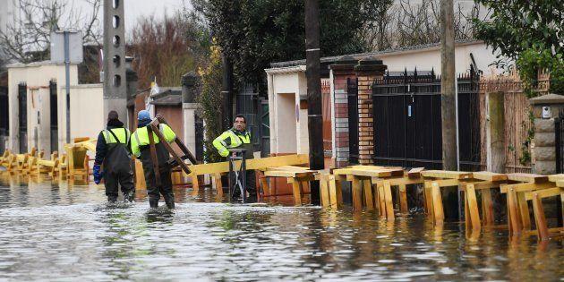 Les inondations ont particulièrement frappé la ville de Villeneuve-Saint-Georges dans le Val-de-Marne,...