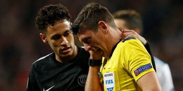 Neymar et l'arbitre de Real Madrid-PSG le 14 février