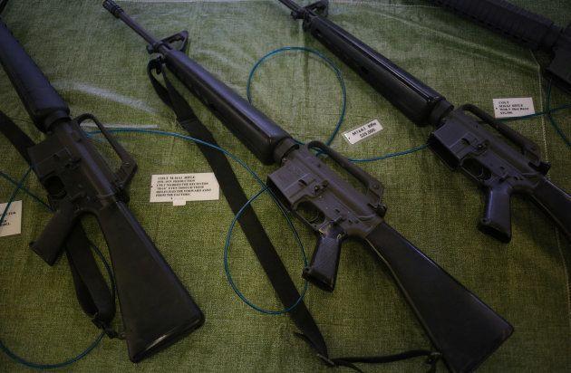 Des fusils M-16 de l'époque de la guerre du Vietnam à vendre dans le