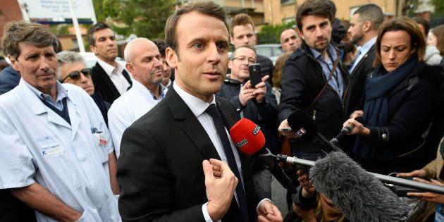 Emmanuel Macron face à des journalistes pendant la campagne présidentielle en avril
