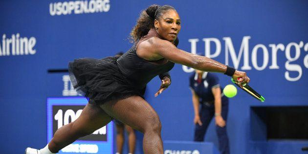 Serena Williams a battu la Polonaise Magda Linette lors de la première journée du tournoi de tennis US...