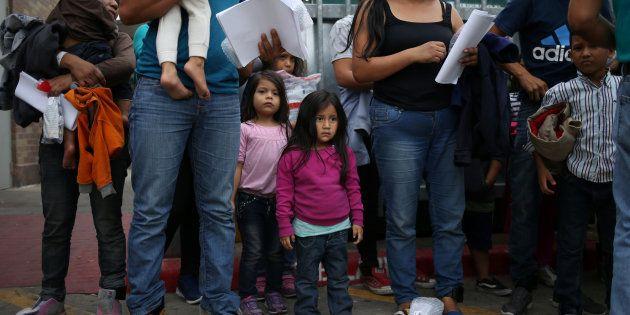Aux Etats-Unis, des familles de migrants relâchés après avoir été placé dans un centre de rétention texan,...
