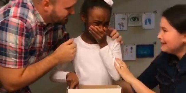 Les parents de la famille d'accueil ont filmé sa réaction lorsqu'elle apprend la