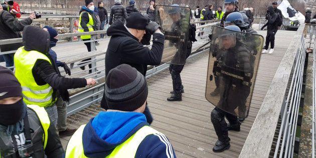 Le boxeur Christophe Dettinger agressant un policier à Paris le 5 janvier