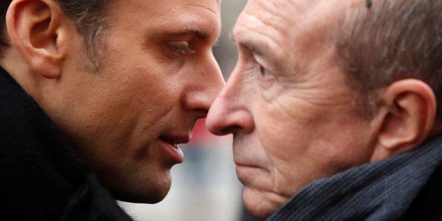Le président Emmanuel Macron s'entretient avec son ministre de l'Intérieur Gérard