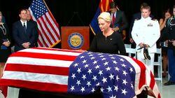La famille de John McCain et des centaines d'anonymes sont venus faire leurs adieux au