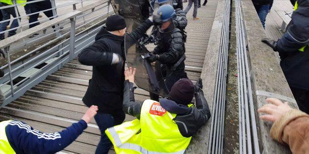 Christophe Dettinger frappant un policier à Paris samedi 5
