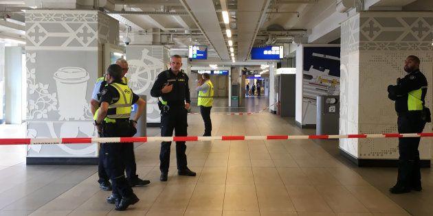 Les forces de police boucle la gare d'Amsterdam-Central après une attaque au couteau, le vendredi 31