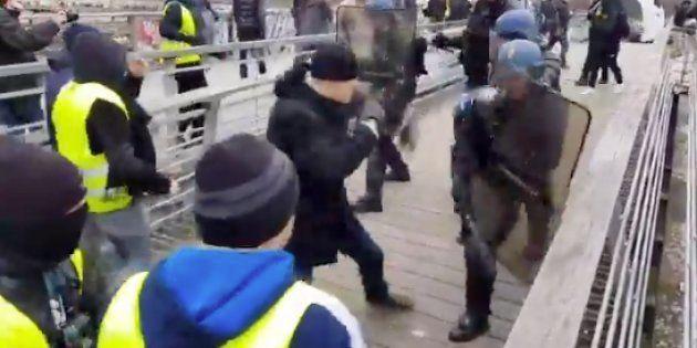 Christophe Dettinger, ici sur la vidéo de son face-à-face avec des gendarmes, a été placé en détention...