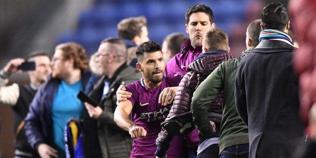 Sergio Agüero se bat avec un fan adverse après l'élimination surprise de Manchester City à