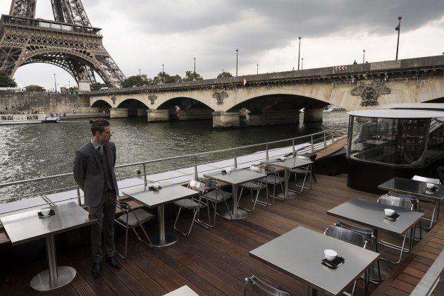 Le beateau-restaurant est amarré sur les quais de la Seine, en face de la Tour Eiffel, qui avait abrité...