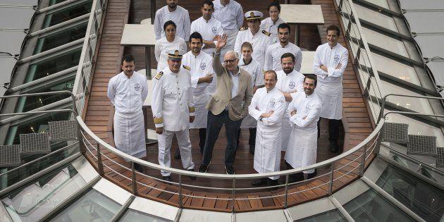 Le chef Alain Ducasse avec son équipe sur son nouveau bateau-restaurant