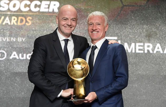 Didier Deschamps en compagnie de Gianni Infantino pour recevoir le titre meilleur entraîneur de l'année...