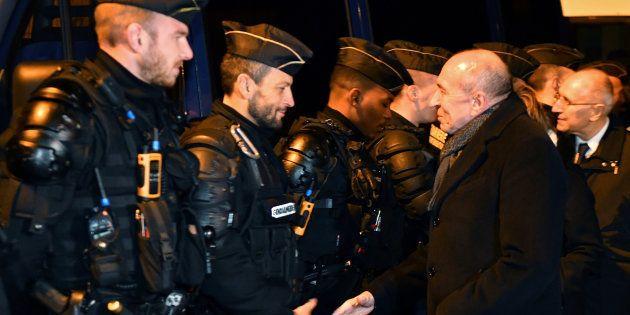 Gerard Collomb auprès des forces de sécurité à Calais le 2