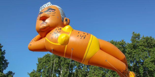 Un ballon représentant le maire de Londres en bikini vole près du Parlement