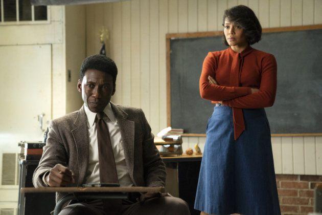 Wayne (Mahershala Ali) rencontre Amelia (Carmen Ejogo), une enseignante proche des enfants disparus qui...