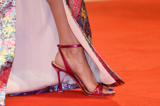 À la Mostra de Venise, Bérénice Bejo illumine le tapis rouge dans un arc-en-ciel de
