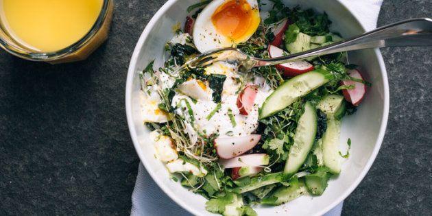 Manger une salade au petit-déjeuner est très bon pour la santé.