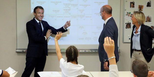 Rentrée scolaire: Emmanuel Macron dans un collège de Laval avec des élèves de