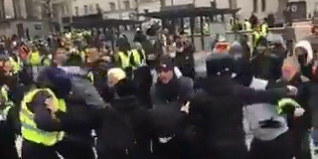 Sur ces images, un agent de sécurité accompagnant les journalistes de LCI est lynché par des gilets jaunes...