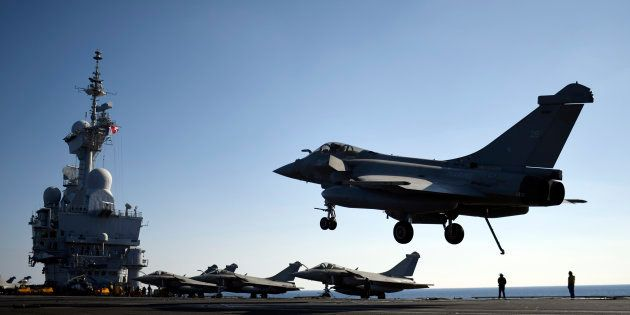 Un avion Rafale sur le Charles-de-Gaulle s'apprêtant à intervenir en Syrie en décembre 2016 (photo