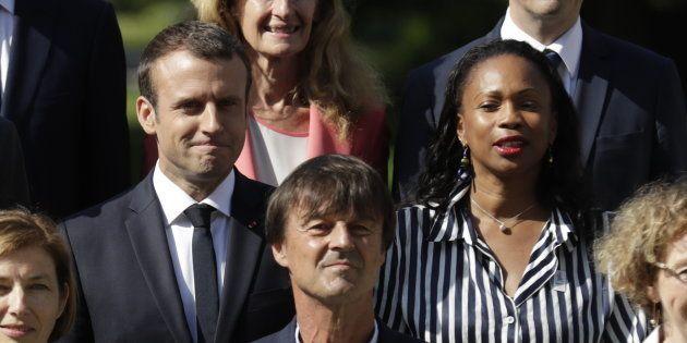 Emmanuel Macron posant aux côtés de ses deux ministres de la société civile Nicolas Hulot et Laura Flessel,...